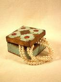 Collar de perlas blanca en una vieja caja — Foto de Stock