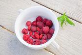 Fresh raspberries and strawberries — Stock Photo