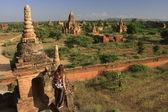 Woman admiring view of Bagan temples, Bagan Archaeological Zone, Mandalay region, Myanmar, Southeast Asia — Stock Photo