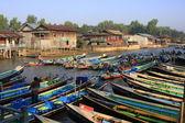 Barcos esperando a los turistas, nyaung shwe, inle lake, myanmar, estado de shan, myanmar, asia sur-oriental — Foto de Stock