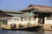 Birmański człowiek worki rozładowywania z łodzi, inle lake, shan państwa, myanmar, azji południowo-wschodniej — Zdjęcie stockowe