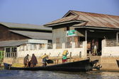 Birmese man lossen zakken van een boot, inlemeer, shan staat, myanmar, zuidoost-azië — Stockfoto