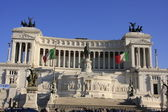 Momument to Victor Emanuelle II with blue sky and Italian flags, Rome, Italy — Stock Photo