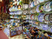Stalls with colorful pottery, Grand Bazaar, Istanbul, Turkey — Stock Photo