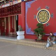 Tourist resting on the stair of Chinese buddhist temple, Bandar Seri Begawan, Brunei, Southeast Asia — Stock Photo