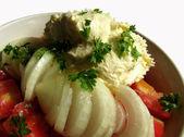 салат из помидоров с кремом, изолированные на белом фоне — Стоковое фото