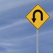 Znak drogowy zawracania — Zdjęcie stockowe