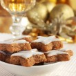 Star-shaped Christmas cinnamon cookies and a glass of wine or sherry — Stock Photo #11960838
