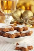 Star-shaped Christmas cinnamon cookies and a glass of wine or sherry — Stock Photo