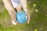 Segurando um globo de terra nas mãos — Foto Stock