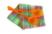 Cucharas para ensalada y cocina toalla aislado en blanco — Foto de Stock