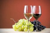 Okulary czerwone i białe wino z winogron — Zdjęcie stockowe