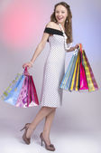 Schönes mädchen mit einkaufstüten — Stockfoto