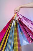ženská ruka drží barevné nákupní tašky — Stock fotografie