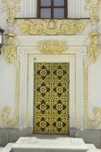 在基辅佩乔尔斯克修道院中安息大教堂的金色门 — 图库照片