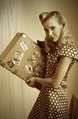 Mulher retrô com mala — Fotografia Stock
