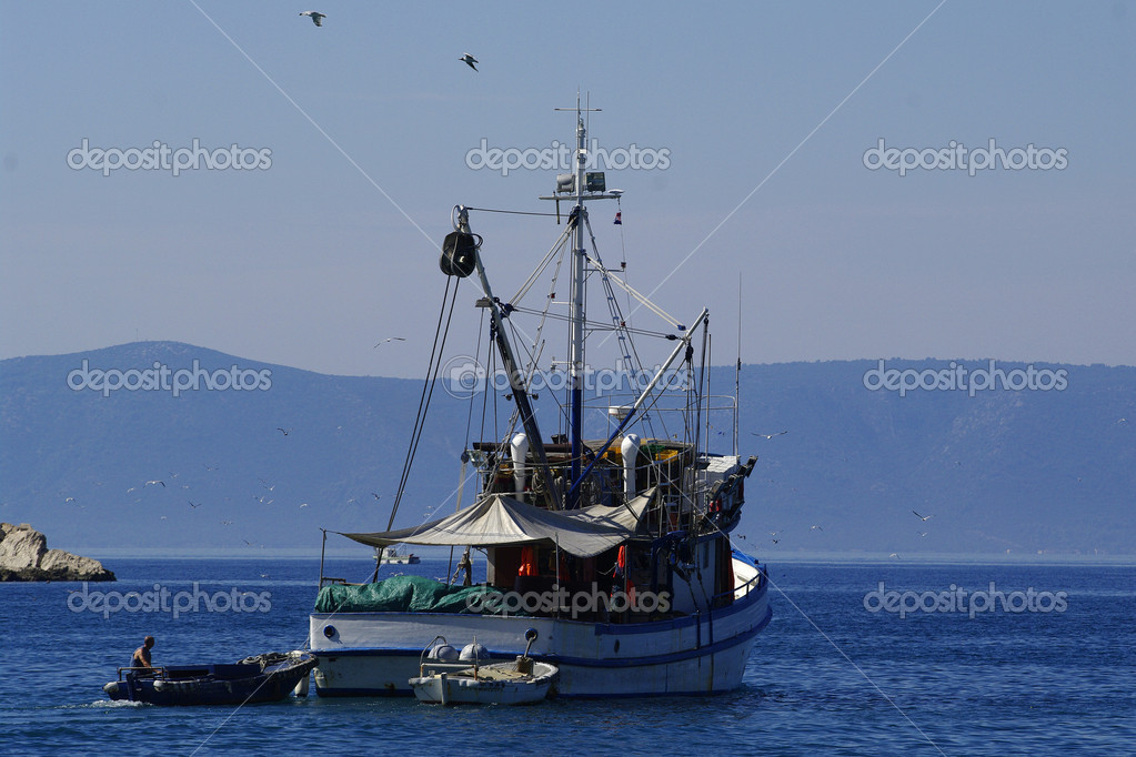 Fishing boat and seagulls — Stock Photo #11816869