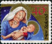 Nueva zelanda - alrededor de 2000: un sello impreso en nueva zelanda, está dedicada a la navidad, representa la virgen y el niño, circa 2000 — Foto de Stock