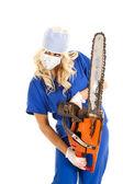 Enfermeira com motosserra, olhando de lado. — Fotografia Stock