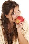 Kobieta gryzący w jabłko — Zdjęcie stockowe