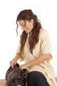 Kobieta wygląd siedzieć w torebce — Zdjęcie stockowe
