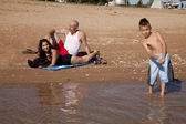 Paar ontspannen jongen spelen marina — Stockfoto