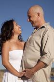 Paar glimlach strand witte jurk — Stockfoto