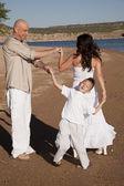 семейный танец на пляже — Стоковое фото