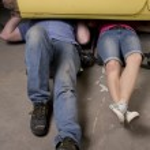 sob as pernas do carro — Foto Stock
