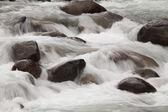 Vatten rullande över stenar — Stockfoto