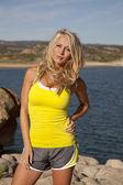 Kobieta żółty zbiornika wody stoiska — Zdjęcie stockowe