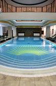 Piękny kryty basen w hotelu resort — Zdjęcie stockowe