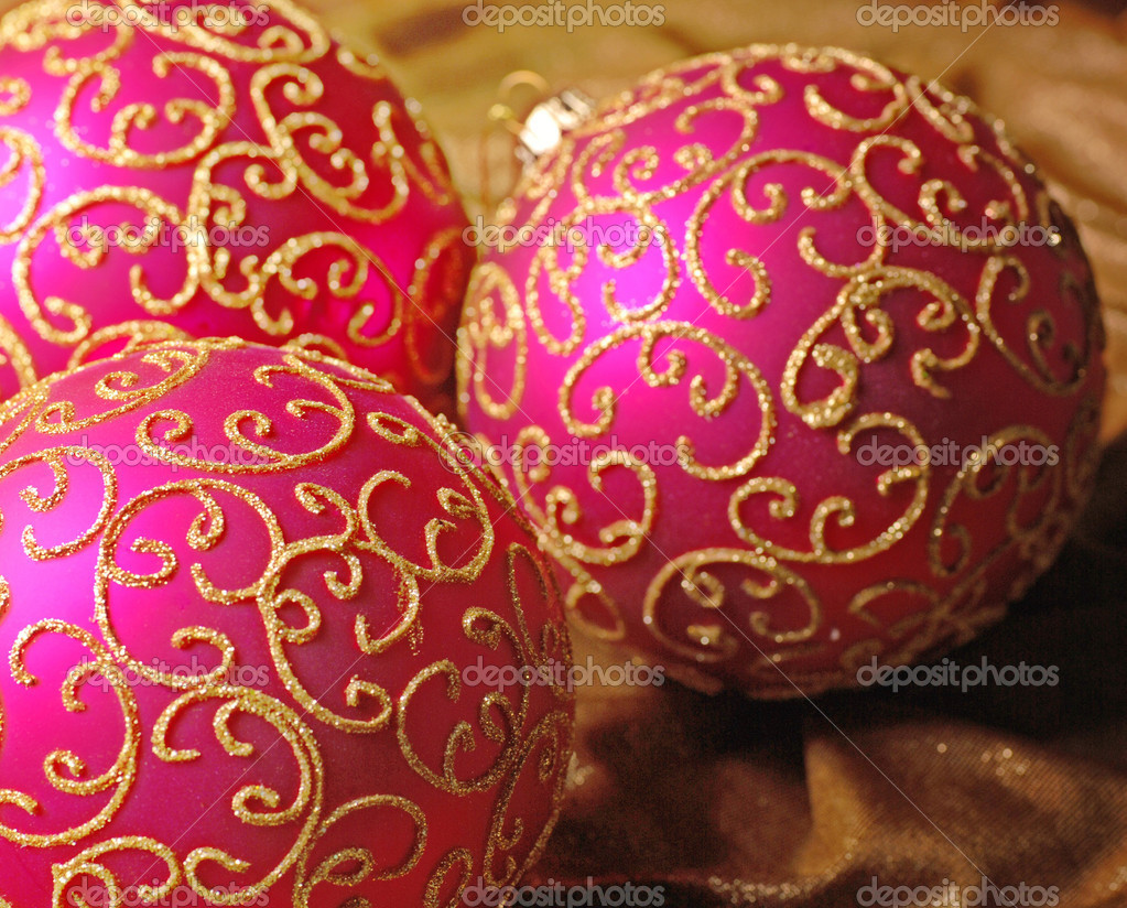 Pink christmas balls with gold glitter pattern on a silk background. Selective focus. — Stock Photo #11950454