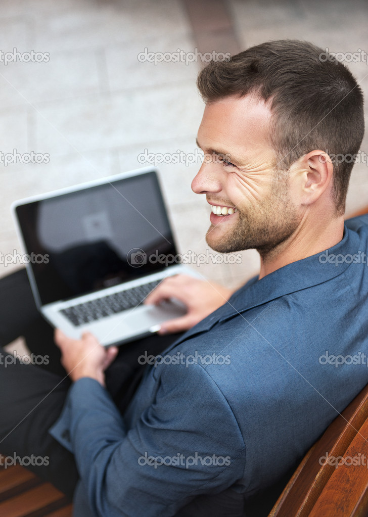Парень сидит на сайте знакомств почему