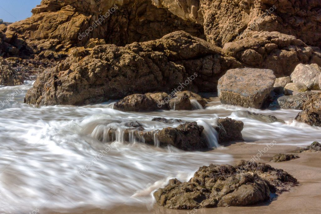 The Pacific Ocean crashes and recedes at Leo Carrillo State Beach in Malibu, California. — Stock Photo #12124508