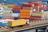 Transporte de contenedores de camión al almacén, cerca del mar — Foto de Stock