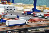 Vrachtwagen draagt container naar magazijn in de buurt van zee — Stockfoto
