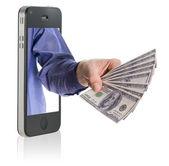 δίνοντας χρήματα πάνω από το έξυπνο τηλέφωνο — Φωτογραφία Αρχείου