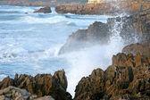 Waves crashing against the shoreline — Stock Photo