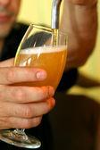 Versando la birra in un bicchiere — Foto Stock