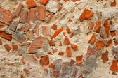 Rottend muur gemaakt van beton en baksteen — Stockfoto
