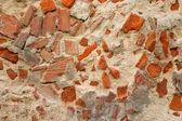 Ruttnande vägg gjord av betong och tegel — Stockfoto