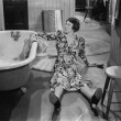 Fallen woman on floor next to bathtub — Stock fotografie