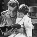 Retrato de padre leyendo un cuento a hijo — Foto de Stock