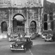 Cars and ancient monuments Rome Italy — ストック写真