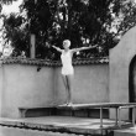 kvinna på trampolinen vid pool — Stockfoto