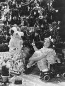 Adolescente com apresenta-se sob a árvore de natal — Foto Stock