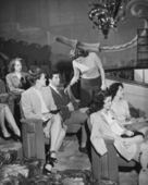 Tiyatroda seyircinin satır bırakarak kadın — Stok fotoğraf