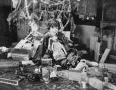 Porträt von teenager-mädchen mit geöffneten weihnachtsgeschenke — Stockfoto