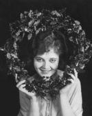 Porträt Frau holding Weihnachtskranz — Stockfoto
